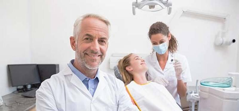 kaputte zähne beim Zahnarzt behandeln